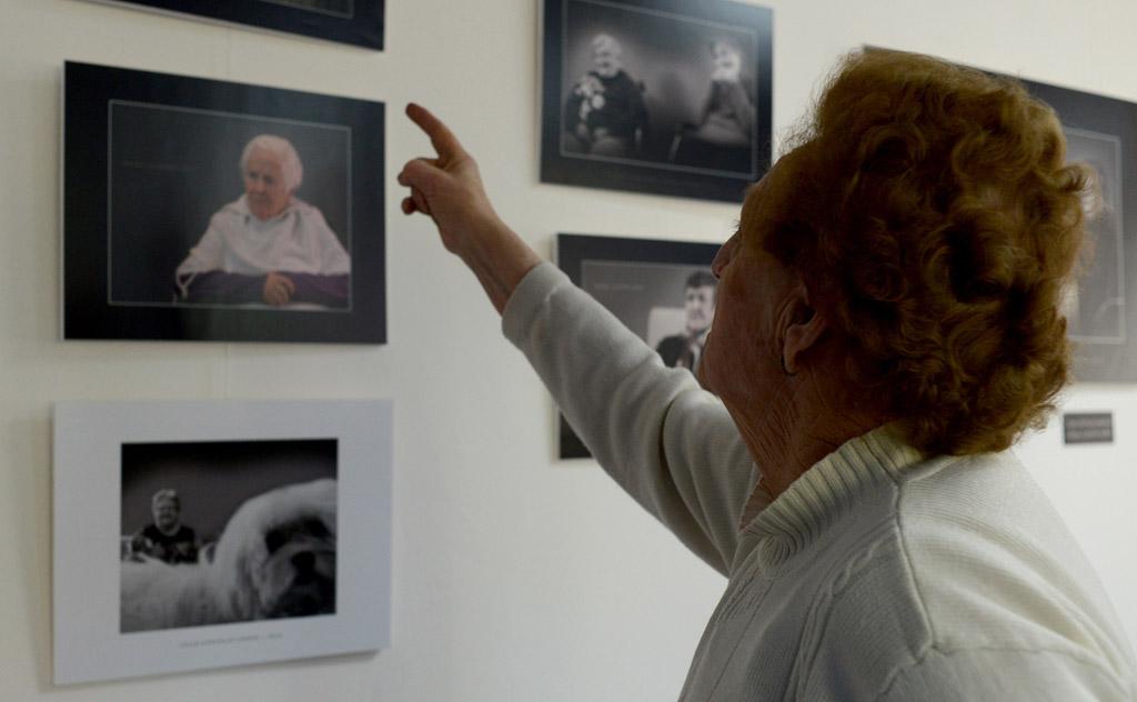 Una de las abuelas de Tercera Actividad observa la exposición