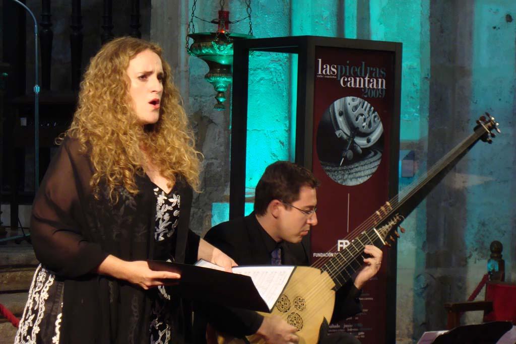 Raquel Andueza durante una actuación en el ciclo Las Piedras Cantan 2009