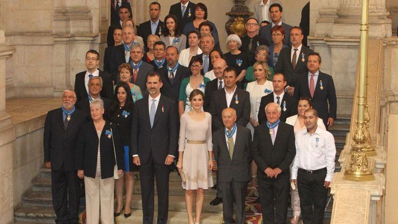 SSMM los Reyes posan junto a todos los galardonados con la Orden del Mérito Civil 2015