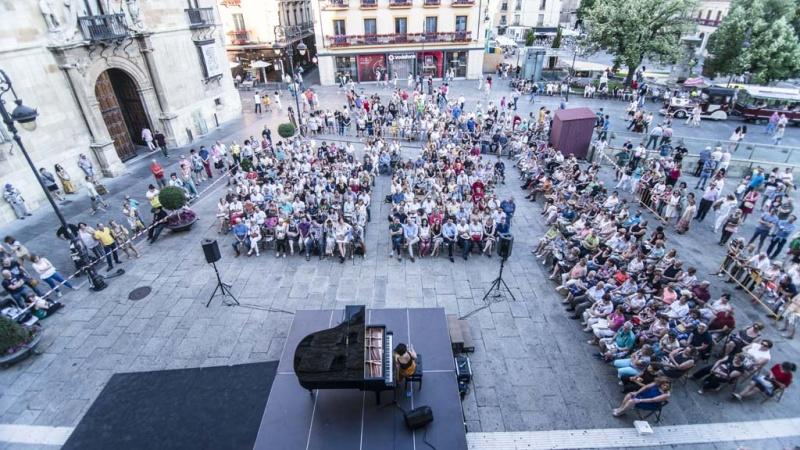 """Un momento del recital de Sheila Blanco frente a la Casa Botines, dentro del ciclo """"Las Piedras Cantan"""""""