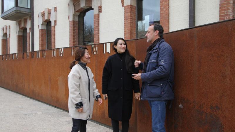 Sara y Sojin arquitectas coreanas charlan con Jesús Castillo Oli junto a la sede de la FSMLRPH en Aguilar de Campoo