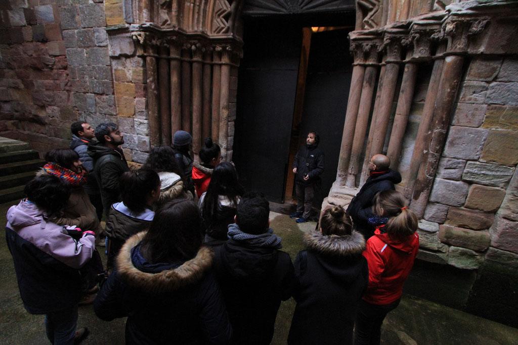 Alumnos del M´ster visitan la iglesia de Santa María de Mave junto a César del Valle