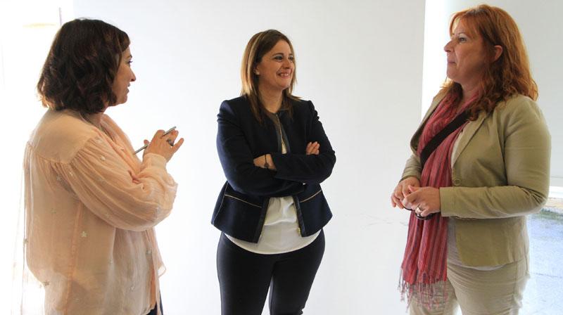 Marimar Espartero y Nuria Estalayo charlan con la representante del Ayuntamiento de La Pernía