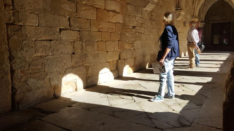 visitantes en claustro monasterio