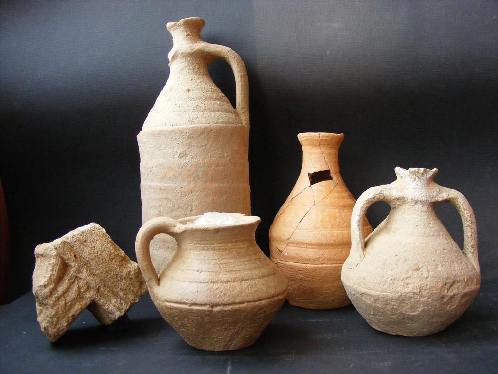 Jarras visigodas halladas durante la excavación en la basílica paleocristina de Mrialba (León)