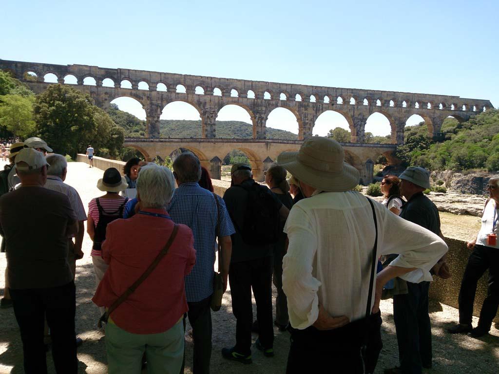 Viajeros frente a Pont Du Gard, Provenza