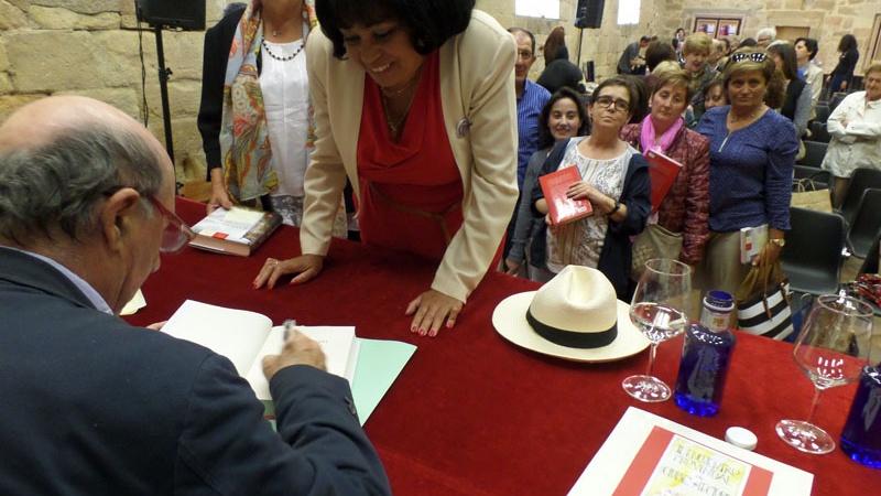 Peridis firma libros Esperando al Rey en refectorio Monasterio de Santa María la Real de Aguilar de Campoo